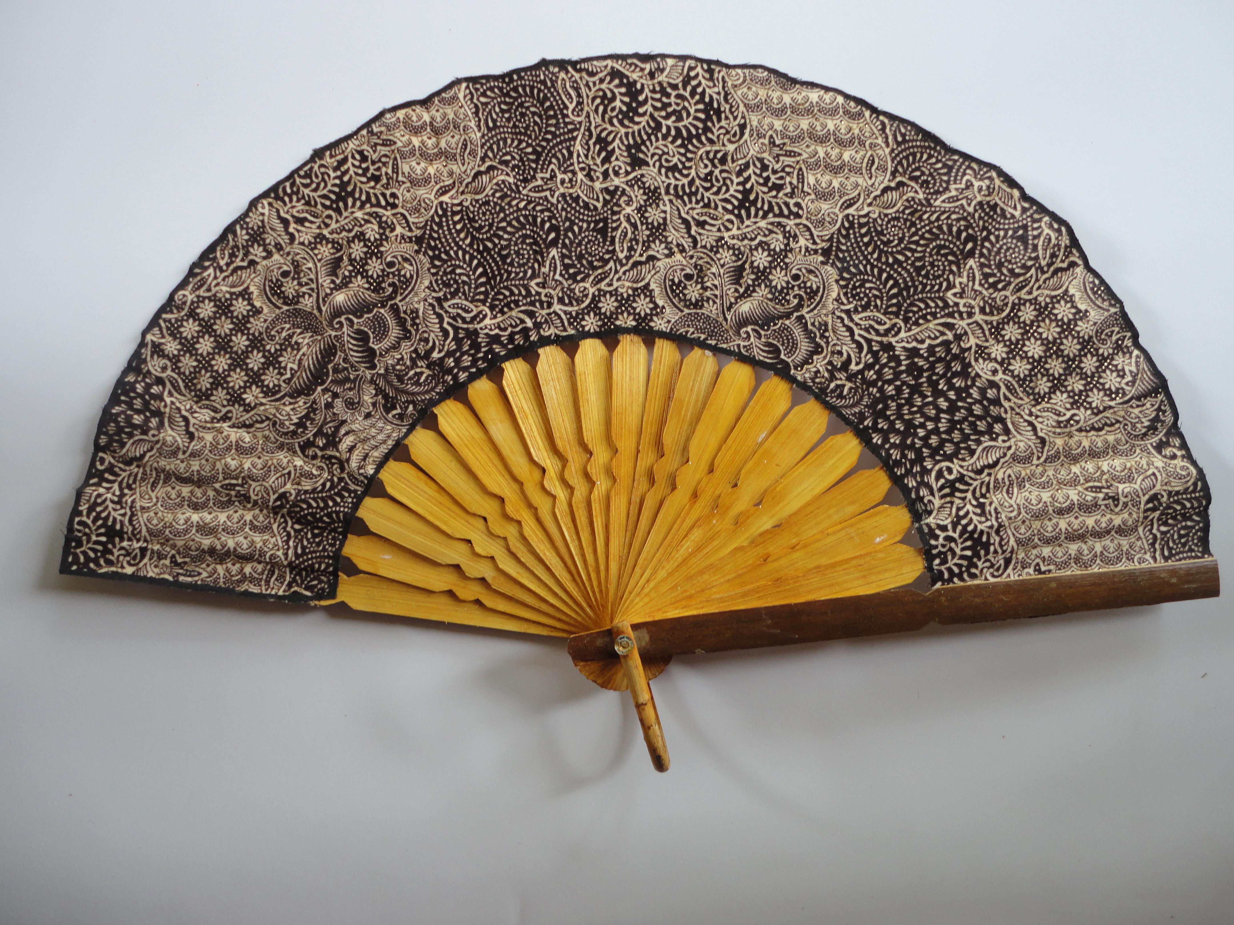 Kipas Wayang Souvenir Kertas Kain Tangkai Bambu 1